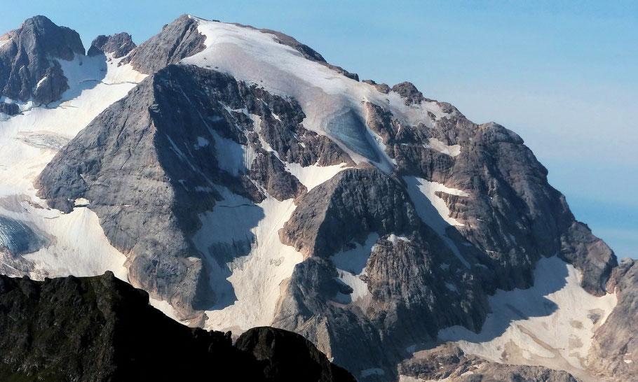 Nordflanke der Marmolada di Penìa, 3343 M, mit Forcella della Marmolada, 2896 M, ganz rechts, und sich anschließendem Westgrat