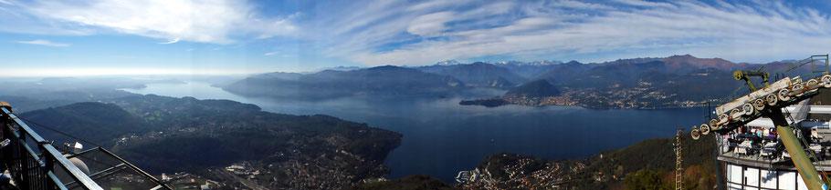 Panoramablick von der Terrasse des Bergrestaurants Sasso del Ferro auf den Lago Maggiore und die Oberwalliser Alpen