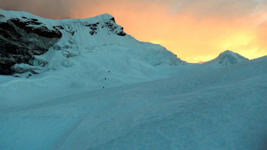 Blick vom Gletscherplateau auf den Gipfel des Island Peak im Morgenlicht der aufgehenden Sonne - 6189 M