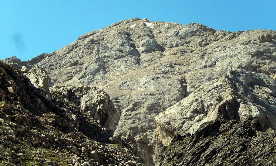 Blick vom Passo Ombretta, 2700 M, in die Gipfelzone der Cima Ombretta, 3011 M