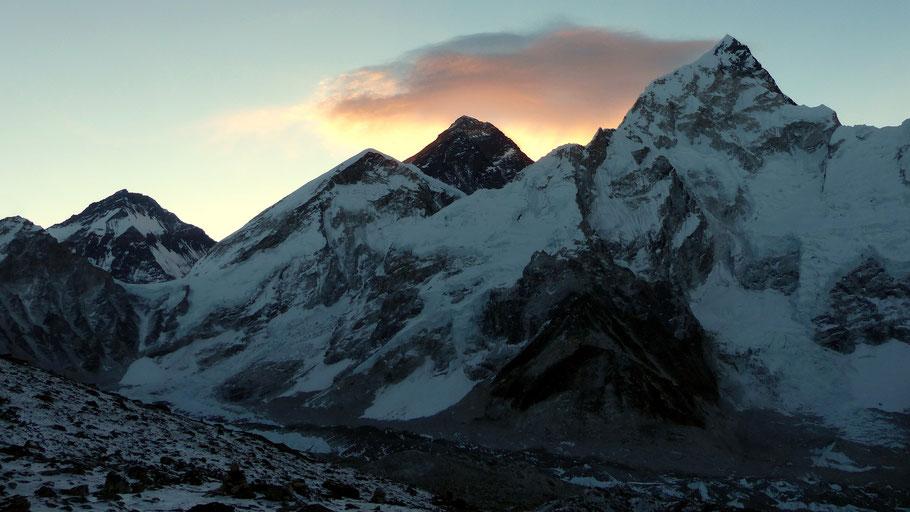 Im Aufstieg auf den Kala Patthar - Sonnenaufgang über dem Mount Everest 8848 M