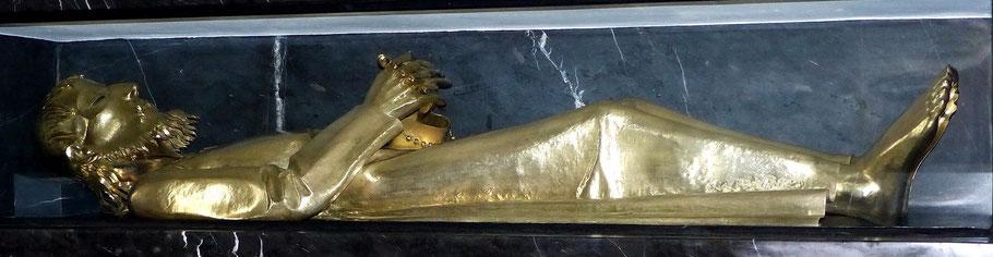 In den Zelebrationsaltar integriertes Grab von Bruder Klaus
