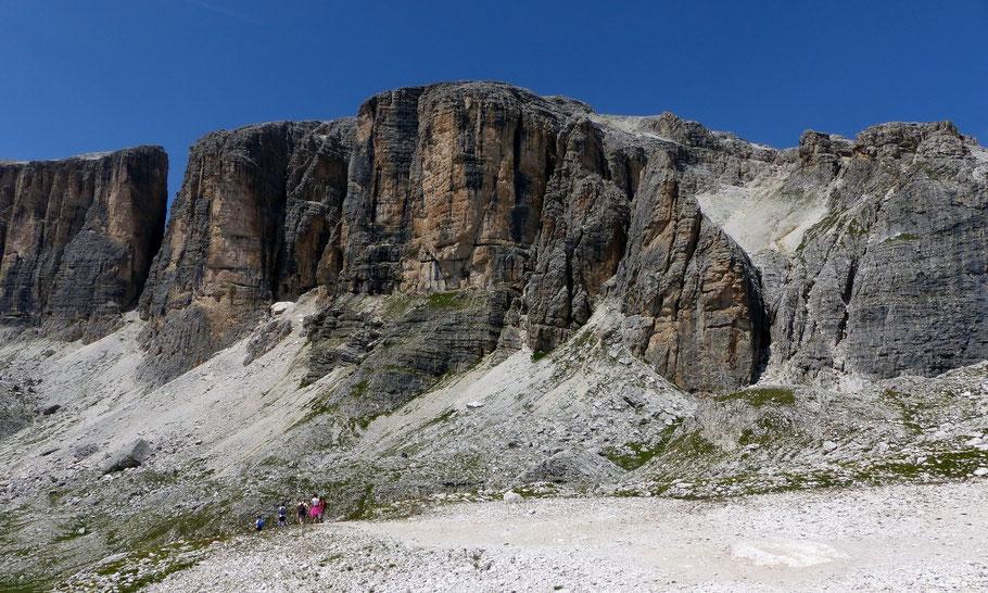 Blick vom Vallon-Kessel auf die Einstiegswand der Ferrata zum Piz da Lêch, 2911 M
