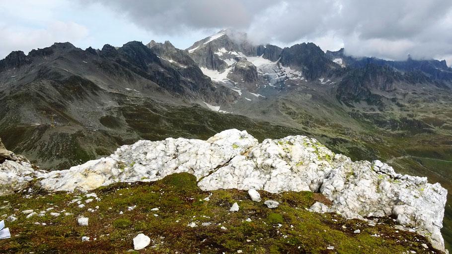 Blick vom Blauberg-Gipfel nach Norden zum Galenstock, 3586 m - Im Vordergrund eine Bergkristallader