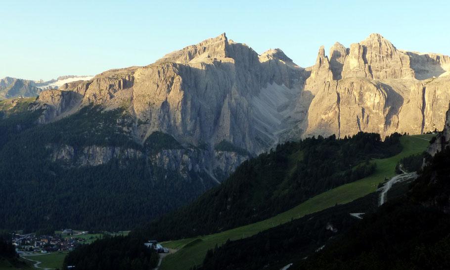 Boèseekofel, 2911 M, und Cima Pisciadù, 2985 M, im Morgenlicht der aufgehenden Sonne - Dazwischen das Val de Mesdì
