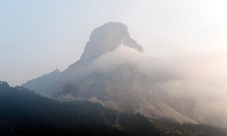 Sas Songher-Eastface, 2665 M, nach einem Gewittersturz - Blick von Colfosco, 1645 M