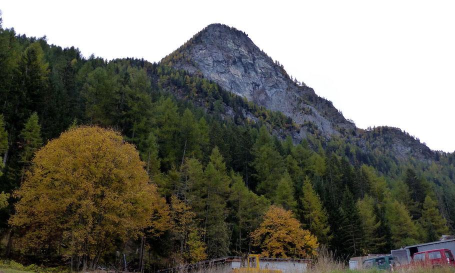 Blick von Les Haudères auf den Roc Vieux - 2285 M