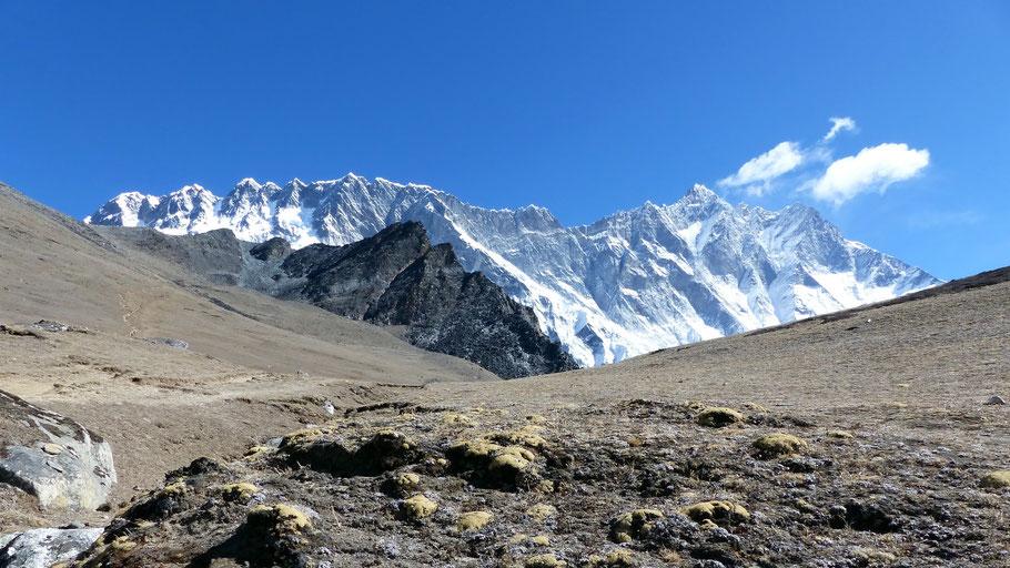 Chhuckung Ri-Gruppe vor Nuptse 7861 M li und Lhotse 8516 M re.