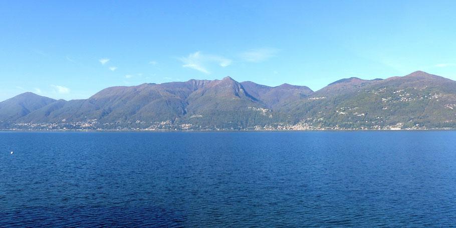 Blick von Luino auf die gegenüberliegende Gebirgskette mit der Cima di Morissolo (Bildmitte)
