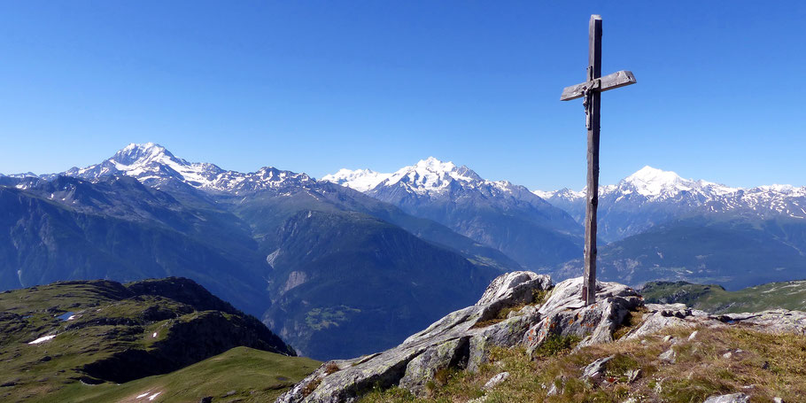 Am Gipfel des Foggenhorn, 2569 M - Hintergrund links, Weissmiesgruppe - Mitte, Allalin- u. Mischabelgruppe - rechts, Weisshorngruppe