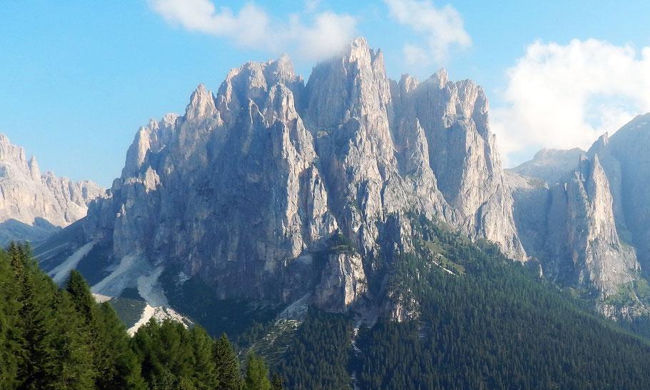 Die wilden Zinnen der Dirupi di Larsech im Rosengartenmassiv - Links des Gran Cront (höchste Zacke, 2779 M) die Pala di Mesdì, 2765 M
