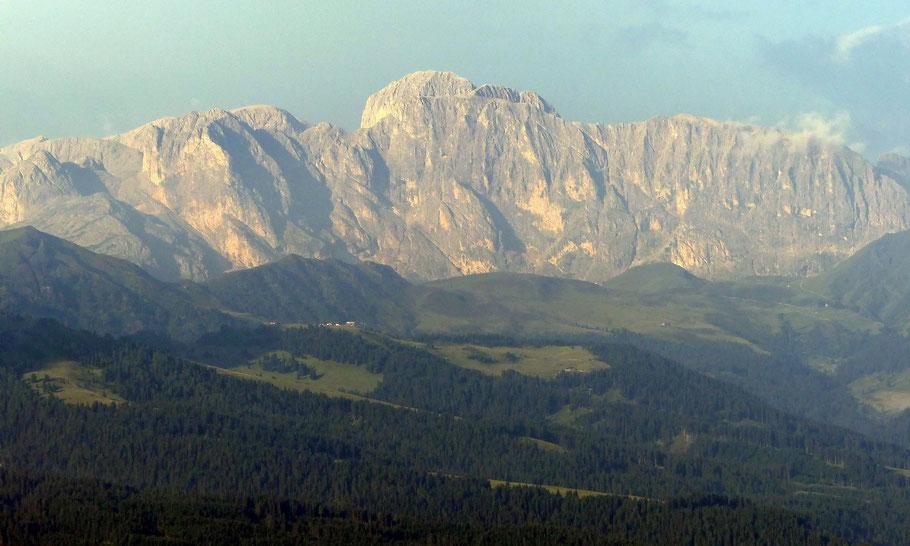 Blick vom Col Raiser, 2106 M, in die Rosengartengruppe - Zentral der Kesselkogel, 3002 M
