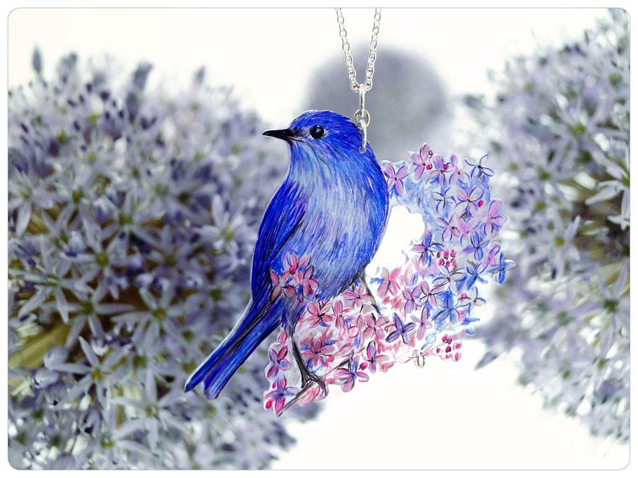 Silberkette mit gezeichnetem blauen Vogelanhänger