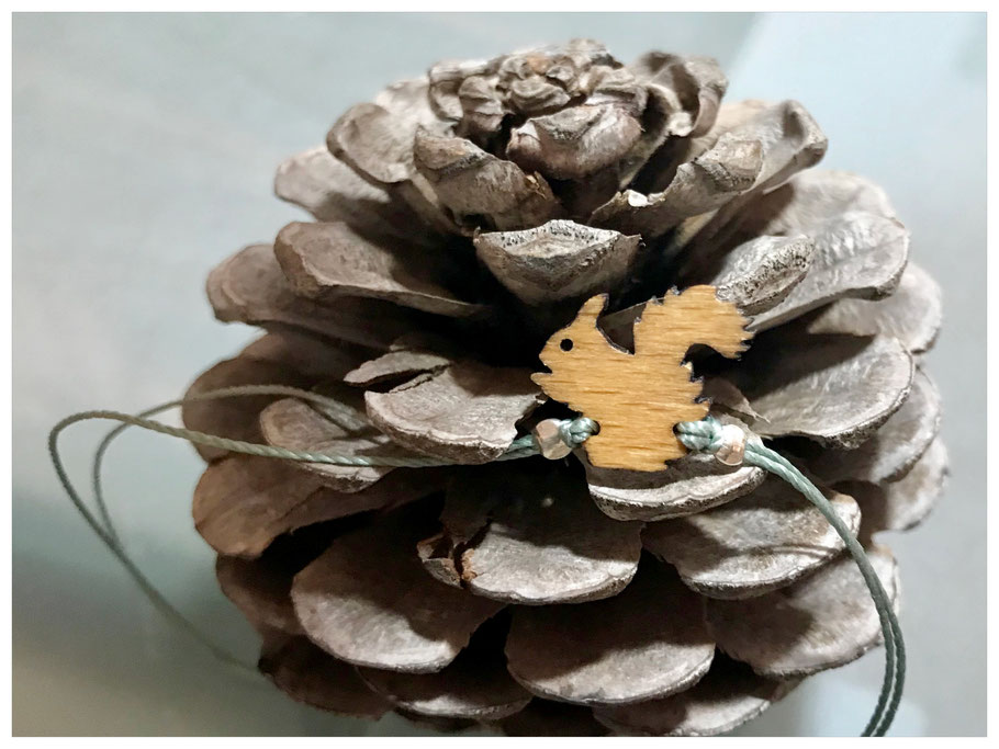 lasercut-Schmuck: Armband aus Nylongarn in blaugrünem Rauchgrau mit Silberelementen und einem Eichhörnchen aus Holz