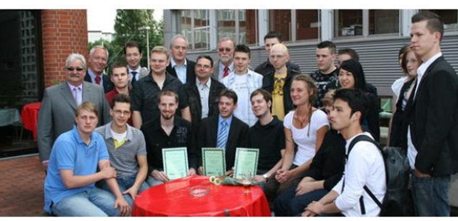 Dennis Sielenkemper (vorne, Dritter von links) bestand die Prüfung als Bester. (Bild: Privat)