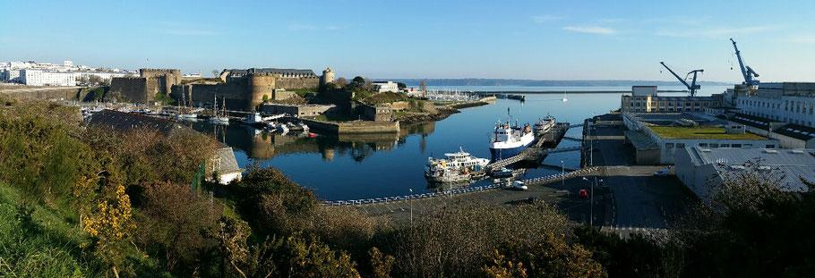 Brest : le château et la Penfeld depuis le Jardin des Explorateurs. © Christophe Pluchon