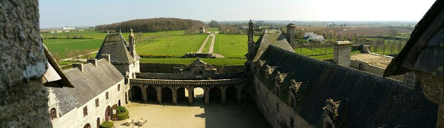 Saint-Vougay : le château de Kerjean depuis les toits. © Christophe Pluchon