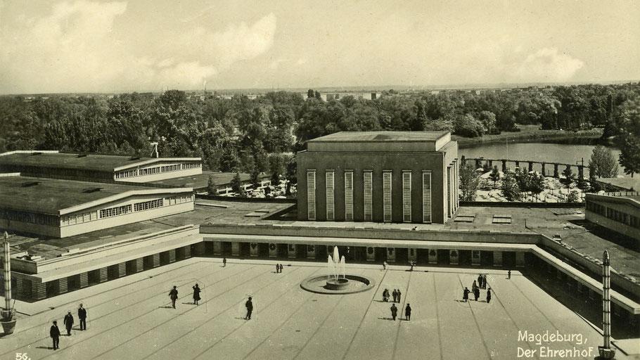 Ehrenhof vor der Stadthalle im Stadtpark von Magdeburg.