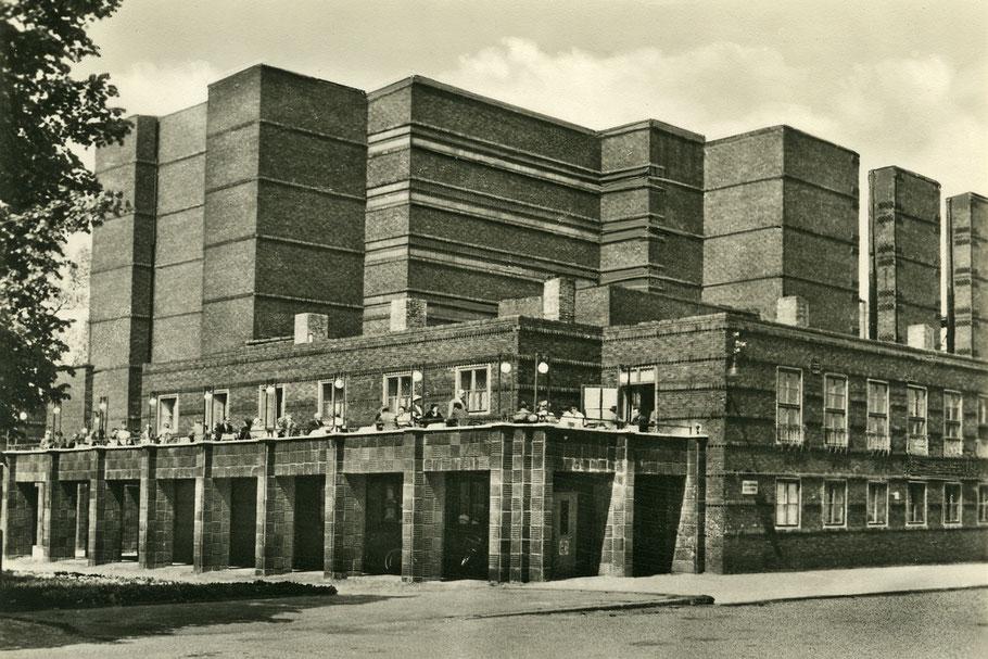Nach den Zerstörungen der Stadthalle im Krieg beginnt der Wiederaufbau.