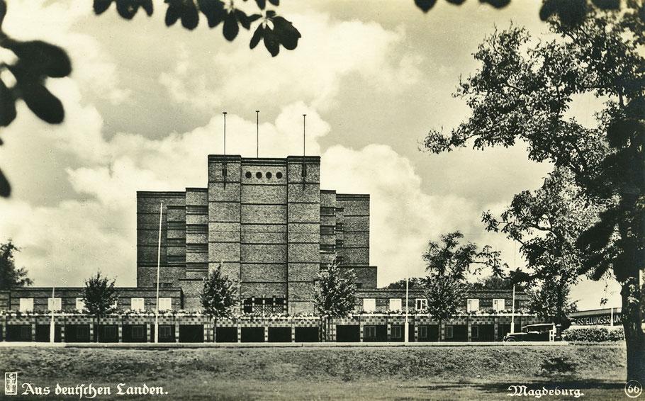 Portal der Stadthalle Magdeburg