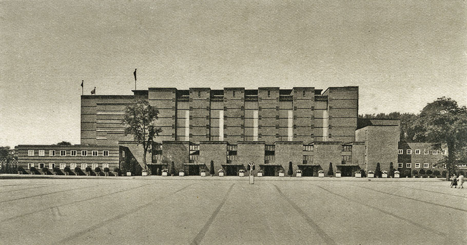 Seitenansicht der Stadthalle von Magdeburg