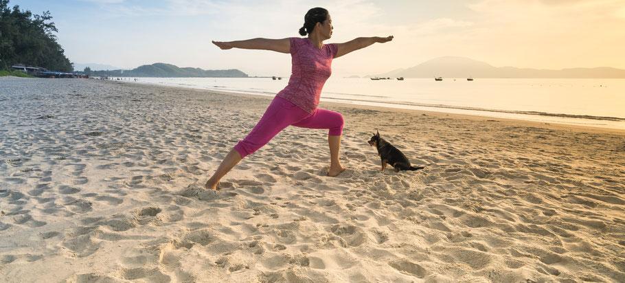Yoga am Strand der Ostsee. Yogazentrum Wismar.