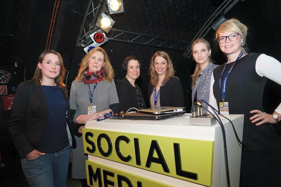 "Speakerinnen eines all-female ""New Work""-Panels auf der Social Media Week 2016 in Hamburg(v.l.n.r.): Inga Hoeltmann, Christiane Brandes-Visbeck, Mona Szyperski, Moderatorin Svenja Teichmann und Julia Jachmann (Foto: Malte Klauck)"