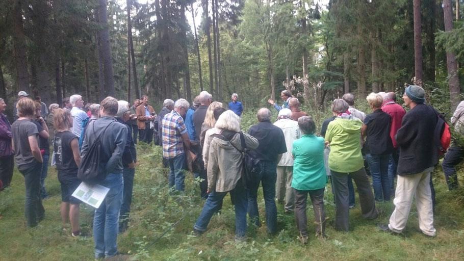 """Exkursion des Bündnisses """"bunt statt braun"""" zum Zwangsarbeitslager Pfaffenwald"""