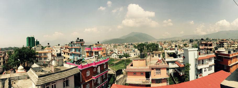 Von der Dachterrasse des neuen Hauses hat man einen herrlichen Ausblick auf Kathmandu.