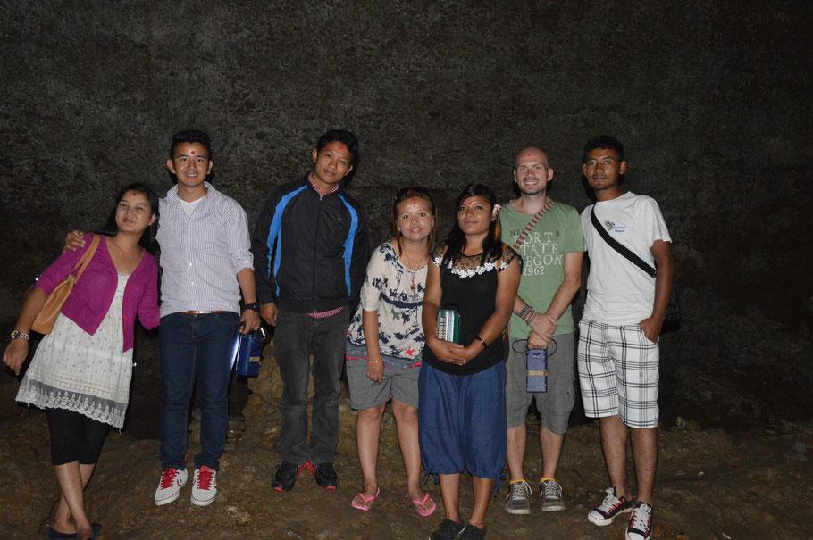 Bat Cave, Gruppenposing #3822: Pramila, Sanjeev, Milan, Shareeta, Lalta, ich, Ajay – an der Kamera Sanju