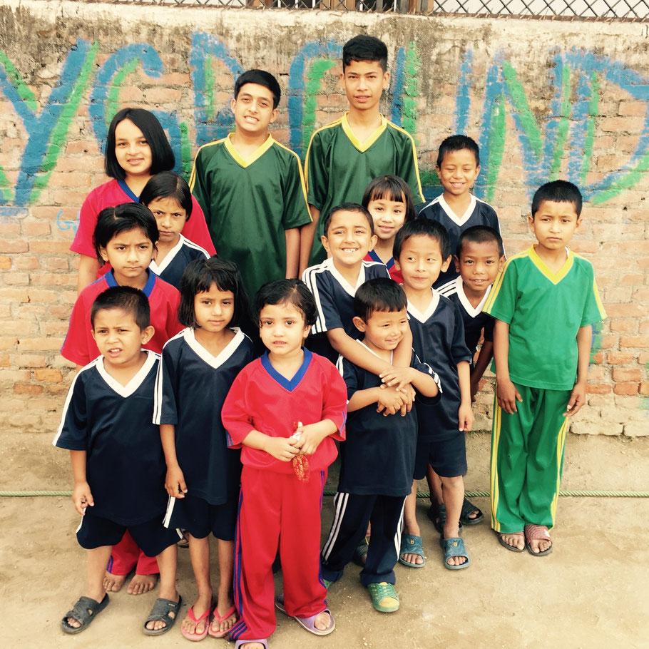 Zuwachs: Ishita, Namrata, Narayan, Nikita, Rashila, Ramila, Janak, Bishal, Dorchi, Rohan, Prabin (von links unten in der Mitte einmal im Uhrzeigersinn); Cluster in der Mitte: Prakriti, links unter ihr Saugat mit Parash im Arm, rechts davon Milan