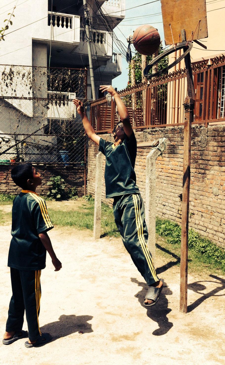 Der Basketballkorb wird selbstverständlich in keiner Weise vernachlässigt. Navaraj und Sujan im Einsatz.