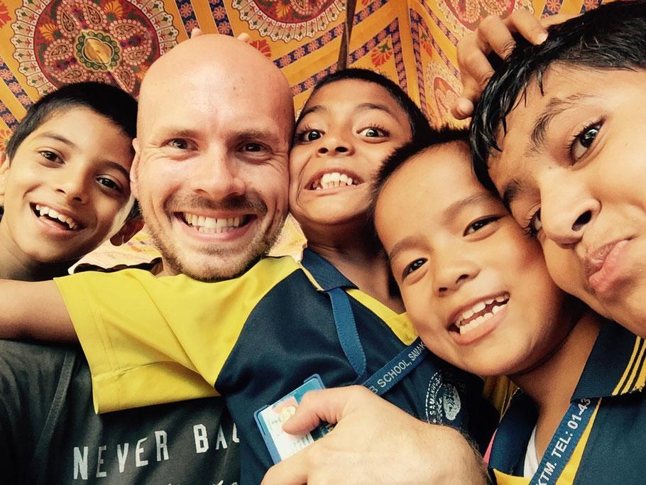 Das Teej-Festprogramm an der Schule – hier mit Sujol, Bijesh, Hiralal und Aashirwaad