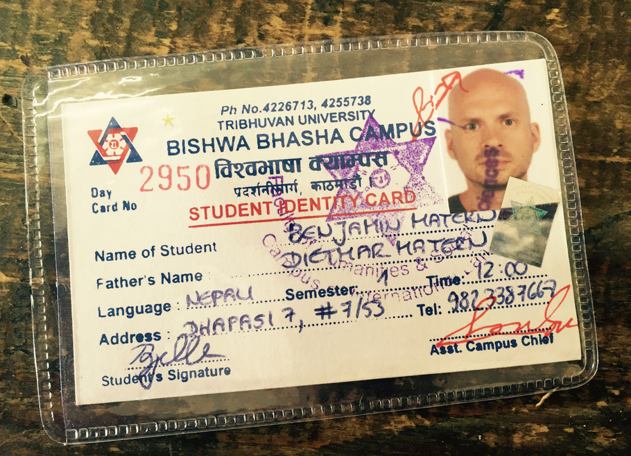 Der offizielle Nachweis meines Studentendaseins: Nun brauche ich im Micro nur noch 10 Rupien zahlen statt 15 oder 20 (je nach Strecke), also umgerechnet knappe 8 Cent. Der Stempel in meinem Gesicht sieht auch einfach herrlich aus, wie lila Regenbogenrotz.