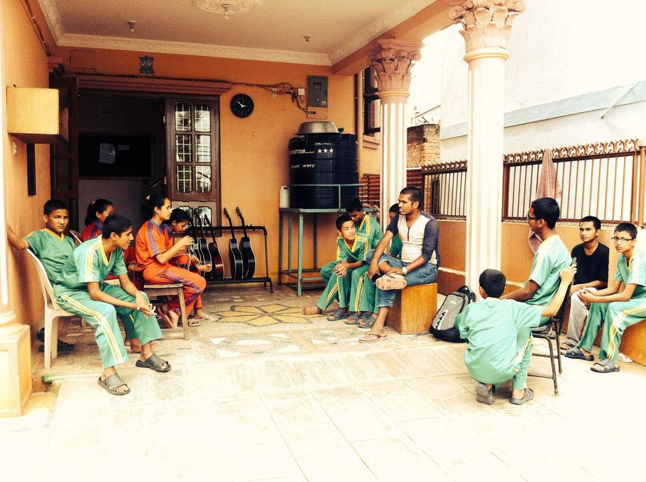 Gebannt lauschen die Kids Navaraj, der ihnen detailliert vom neuesten Bollywood-Kassenschlager berichtet.