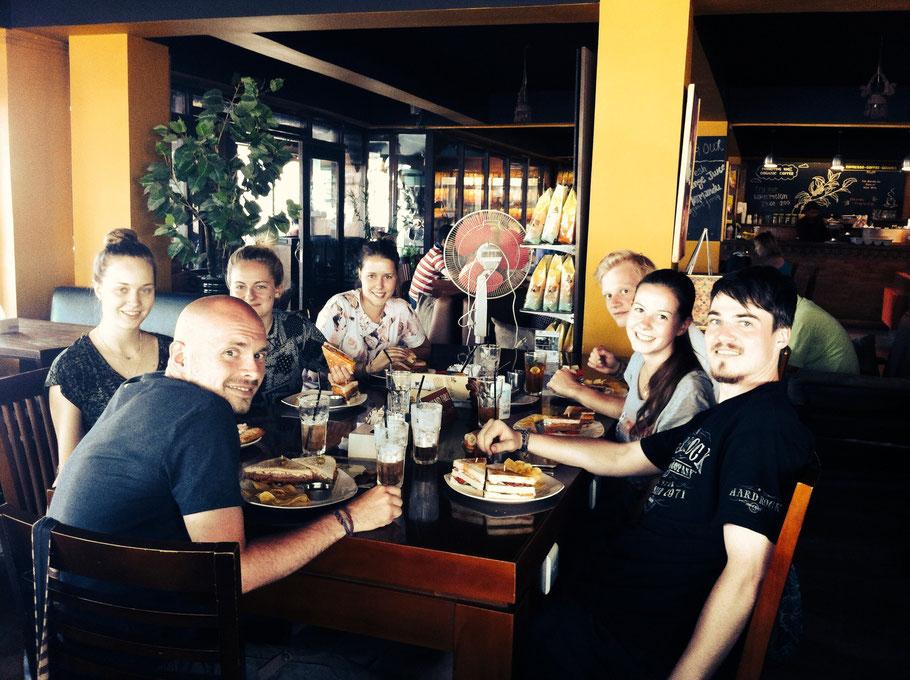 Mittagessen im Himalayan Java (Nadine und Louisa werden schmerzlich vermisst)