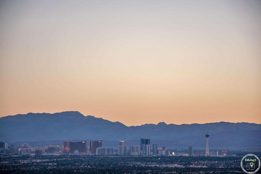 Der Strip von Las Vegas erleuchtet langsam