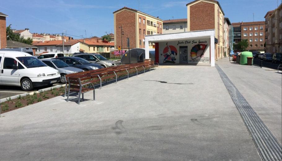 Foto de la entrada al Judo Club San Ignacio. Nuestro club esta situado junto a la EPA PAULO FREIRE y la Iglesia de San Ignacio. Cuenta con parking cercano para coches y bicicletas.