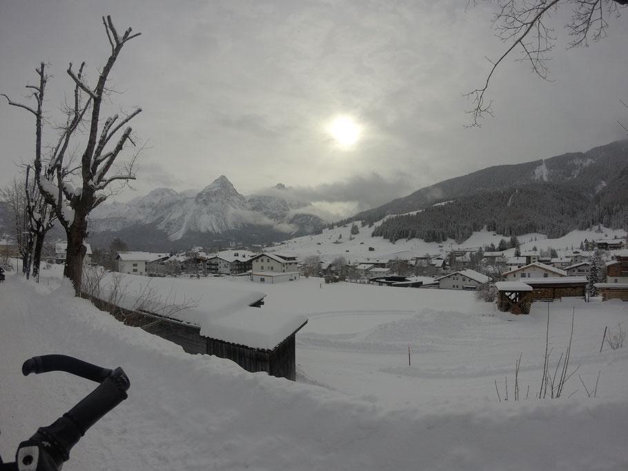 Lermoos 刚下火车, 可见远处的滑雪场