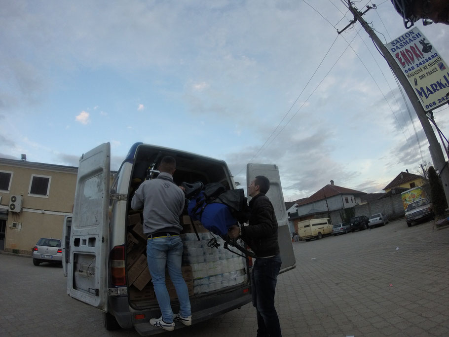 在Shupenzë, 往车上搬自行车的Halili兄弟