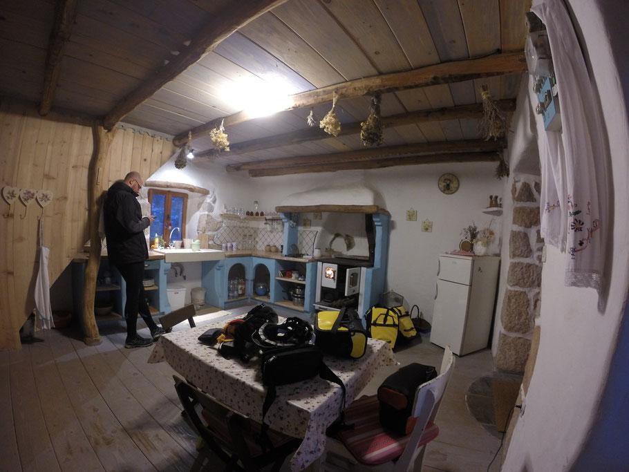 2月12日: 经过主人精心修缮后的带厨房的客厅, 篝火烧的很旺, 想着要是有几个红薯就好了, 没有这玩意儿真浪费这柴火了:)