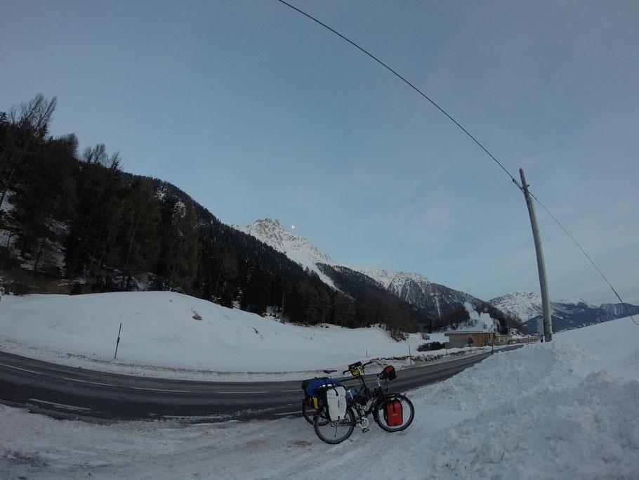 距离奥地利与意大利边境所谓的最高点1455米外2公里处的我们的新高 1527米. 天快黑了, 下山找酒店!