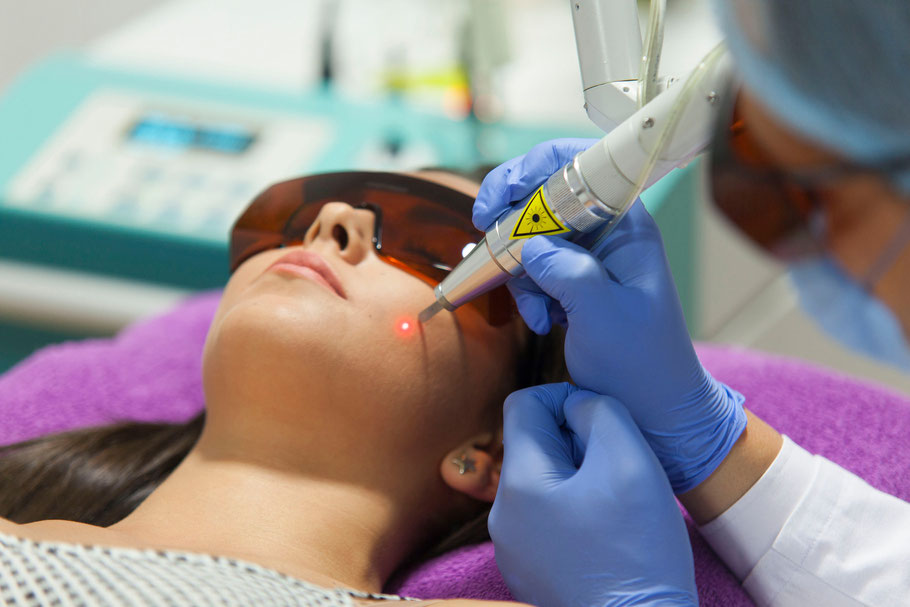 Una paciente se somete a un tratamiento médico de eliminación de manchas con láser