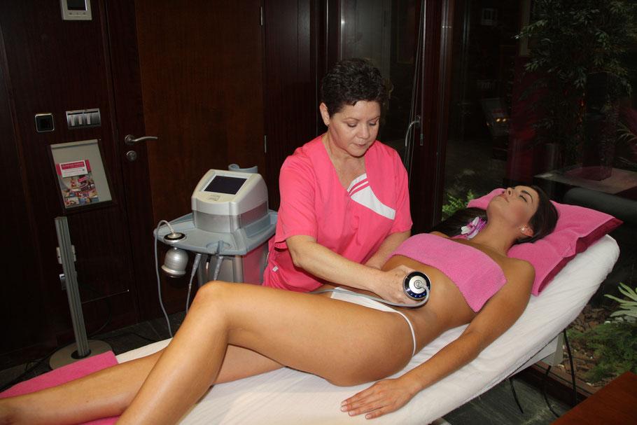 Alicia realizando un tratamiento reductor de lipocavitación