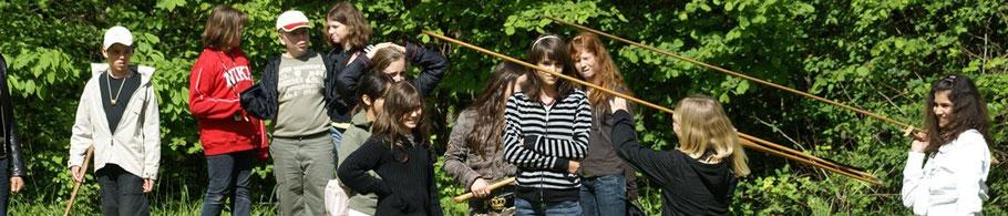 groupe d'enfants d'une classe découverte découvrant le lancé au propulseur