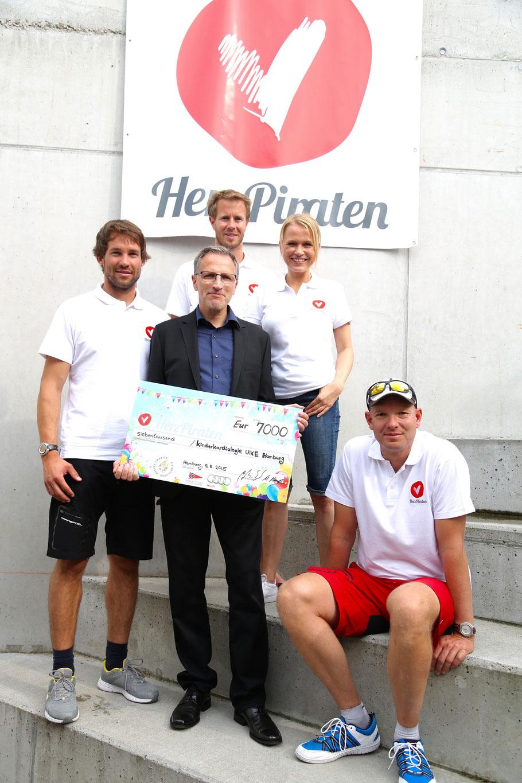 Malte Kamrath, Dr. Rainer Kozlik-Feldman (Direktor KinderkardiologieUKE), Florian Spalteholz, Nova Meierhenrich und Klaus Lahme mit dem Spendenscheck