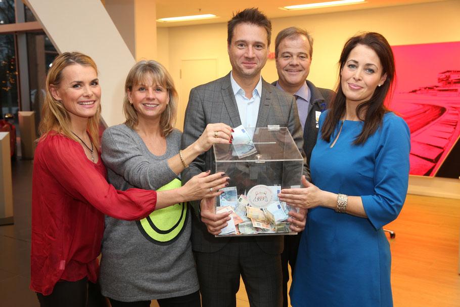 Andrea Lüdke, Anja Glathe, Jörg Boecker, Bernd Glathe und Annika de Buhr sammeln Spenden für den guten Zweck