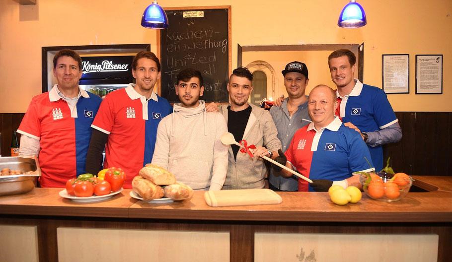 Stefan Wagner (HSV Marketing), Torwart Rene Adler, Ahmad, Raed, Andre Fischer (Leiter Fanhaus), Koch Mario Mosa, Marcell Jansen (v.l.)