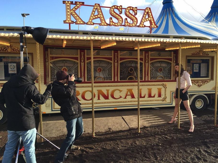Fotograf Matthias Wolf setzt Model Karla vorm historischen Kassen-Wagen in Szene