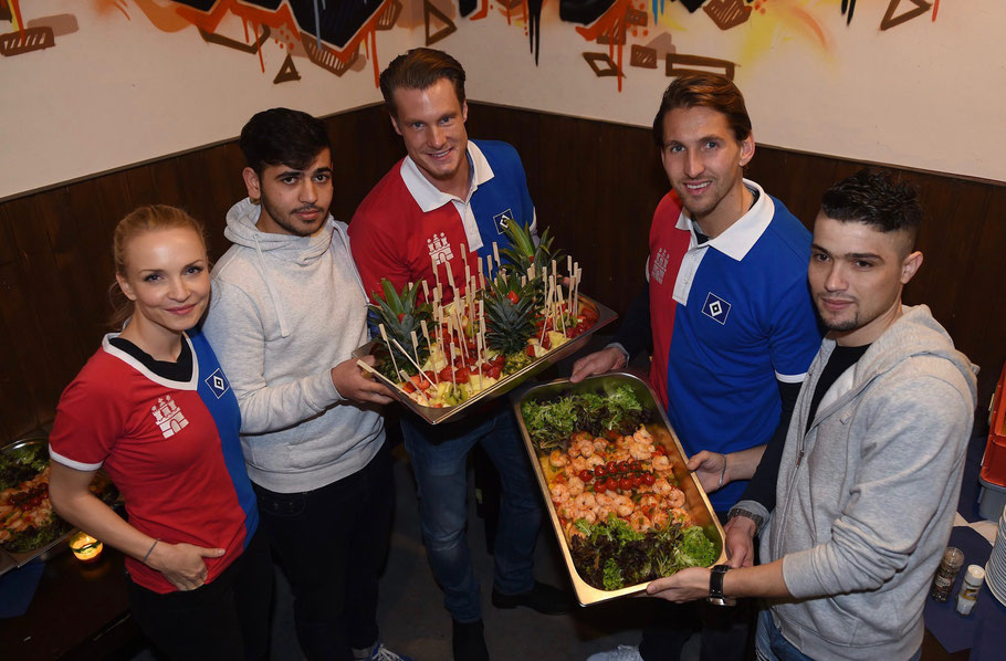 Janin Reinhard (Hamburger Weg Patin), Ahmad, Marcel Jansen, Torwart Rene Adler und Raed (vl.l.)